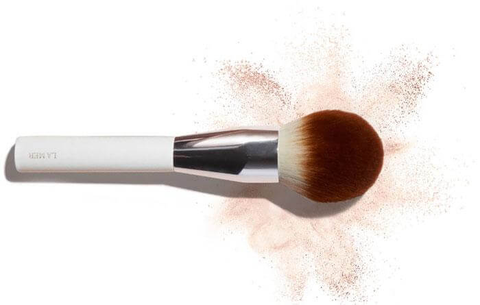 co-trang-diem-la-mer-skincolor-the-powder-brush-02