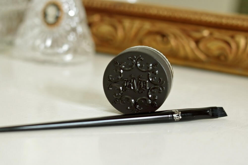 phan-mat-kat-von-d-make-up-24-hour-super-brow-long-wear-pomade-04