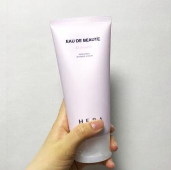 sua-tam-hera-skincare-blossom-perfumed-shower-scrub-02