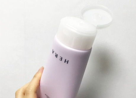 Sữa tắm HERA Skincare BLOSSOM PERFUMED SHOWER SCRUB