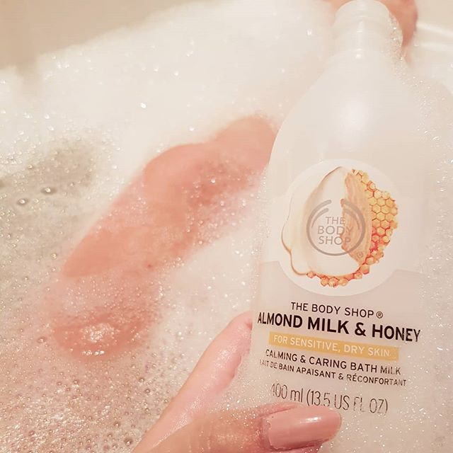 Sữa tắm TheBodyShop ALMOND MILK & HONEY CALMING&CARING BATH MILK 400ML