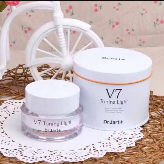 kem-duong-da-v7-toning-light-review-1