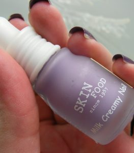 son-bong-skinfood-make-up-milk-creamy-nail-base-coat-04
