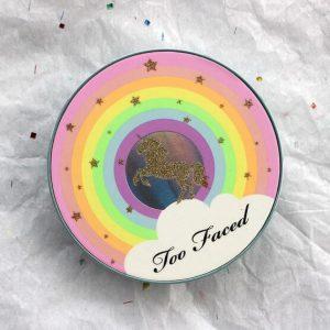 Phấn highlight Too Faced Rainbow Strobe Highlighter – gam màu cầu vồng đầy khác biệt