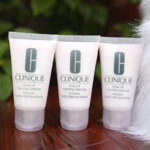 Sữa rửa mặt Clinique Rinse-Off Foaming Cleanser – Giải pháp cho cô nàng lười biếng
